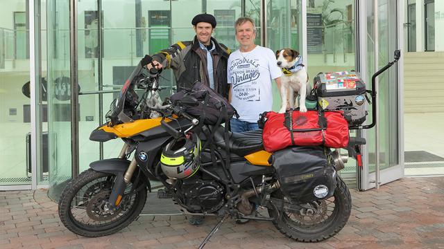 Rodrigo Lobo van Wersch, sein Jack-Russel-Terrier Jacko und TF-Chefredakteur Herbert Schwarz