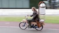 Der niederländische Tüftler Gijs Schalkx hat ein Zweitaktmoped auf Methan-Antrieb umgebaut.
